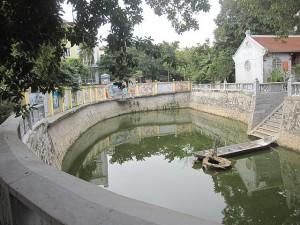 Hồ bán nguyệt trong chùa Khai Nguyên