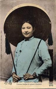 Phụ nữ Hà Nội đội nón quai thao (đầu thế kỉ 20).