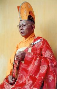 Một nhà sư mặc áo cà sa
