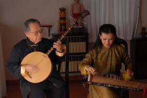 Giáo sư Trần Văn Khê đang chơi đàn nguyệt