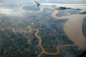 Ngã ba sông Nhà bè nhìn từ  máy bay. Nhánh sông lớn phía trên bên trái là sông Sài Gòn.