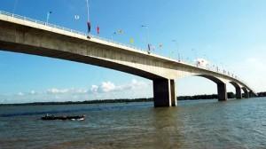 Cầu bắc qua sông Hàm Luông