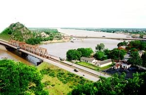 Cầu Hàm Rồng bắt ngang qua sông Mã