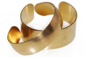 Vòng tay làm bằng đồng thau