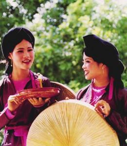 Phụ nữ miền Bắc trong trang phục truyền thống áo tứ thân, yếm đào, khăn mỏ quạ, nón quai thao