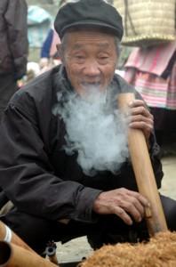 Hút thuốc lào bằng ống điếu