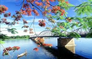 Cầu Tràng Tiền bắc ngang qua sông Hương, một biểu tượng của Huế