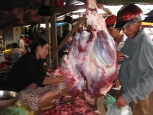 Mua bán thịt bò ở chợ Ba Đồn