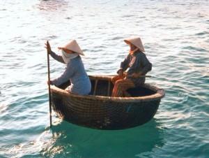 Chèo thuyền thúng.