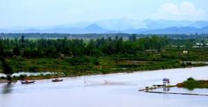 Sông Nhật Lệ và dãy núi Đầu Mâu xa xa – Ảnh: C.M.T. (qbvn.com)