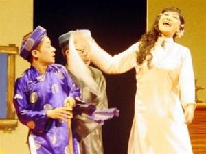 Nghệ sĩ Minh Nhí trong vai trùm Sò (áo the xanh) trong vở cải lương Ngao Sò Ốc Hến