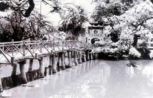 Cầu Thê Húc năm 1945. Ảnh: Võ An Ninh