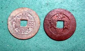 Tiền Cảnh Hưng bằng vàng (trái) và đồng đỏ