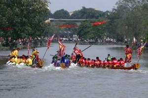 Đua thuyền ở hội làng Đăm
