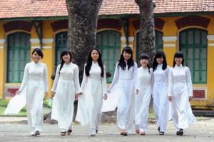 Nữ sinh trong tà áo dài