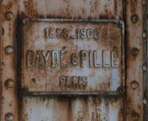 Chữ khắc trên tấm biển kim loại ở đầu cầu ghi nhận thời gian hoàn thành xây cầu (1899 - 1902), và hãng thầu là Daydé & Pillé (hãng Eiffel không trúng thầu, đến năm 1938 mới trúng hợp đồng gia cố cầu).