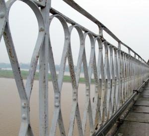 Lan can cầu Long Biên