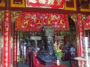 Tượng Thoại Ngọc Hầu trong đền thờ ông dưới chân núi Sam