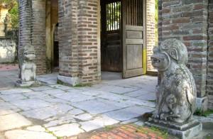Nghê đá tại cổng vào đền Gióng ở Gia Lâm