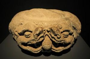 Bệ chạm cặp rồng chầu ngọc (lưỡng long tranh châu) thời Lý