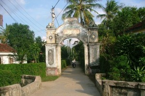 Cổng làng Chợ Huyện