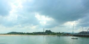 Cửa sông Cu Đê với núi Xuân Dương (phải) và núi Gành Nam Ô