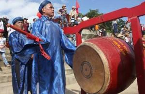 Đánh trống lệnh trong lễ hội ra quân nghề cá ở Sa Huỳnh (Quảng Ngãi)